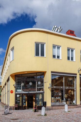 Studio Arkadia Simolinin talossa Porvoossa - sisäänkäynti Pentikin ovista, ja portaat yläkertaan